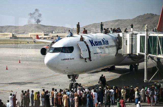 Menschen auf einem Flugzeug in Kabul